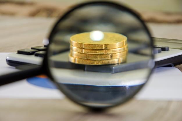Крупным планом евро монеты и лупа