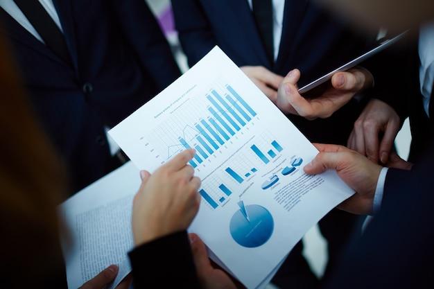 Крупным планом руководителей холдинга отчет