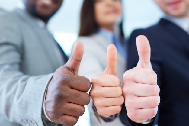 親指を示す幹部のクローズアップ 無料写真