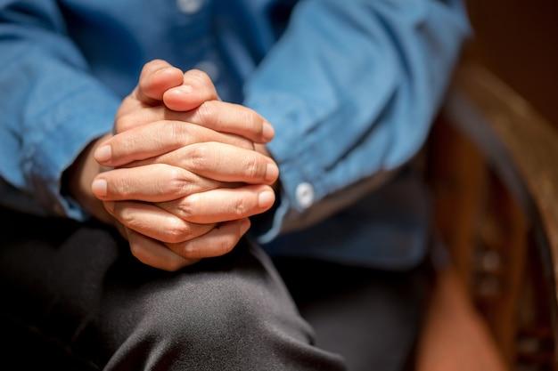 충실한 기도를 닫고, 손을 접고 신을 숭배합니다. 종교, 믿음, 기도, 영성에 대한 개념입니다.