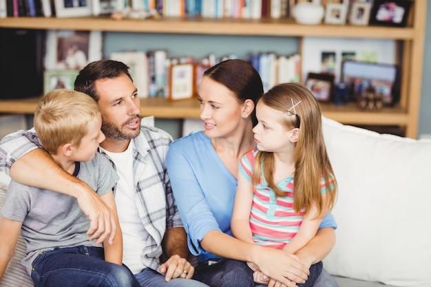 Крупный план семьи обсуждают на диване