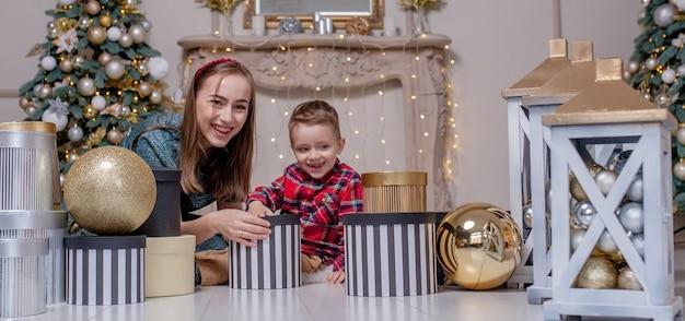 Семья открывает подарки на рождество крупным планом