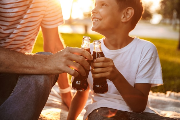 Крупным планом отец проводит время со своим маленьким сыном в парке