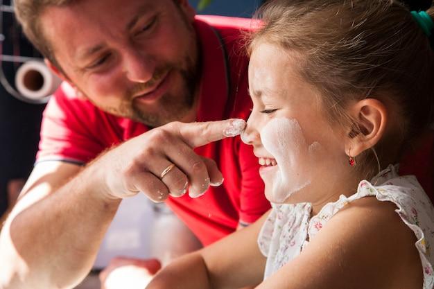 그의 딸의 코를 만지고 아버지의 클로즈업