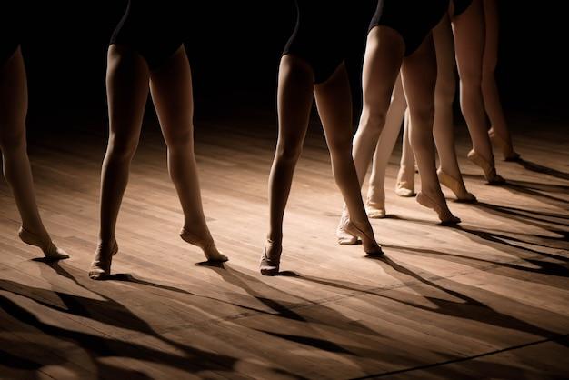 子供のバレエダンスクラスの足のクローズアップ
