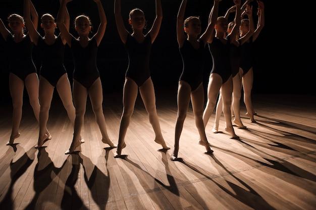 子供のバレエダンスクラスで足のクローズアップ