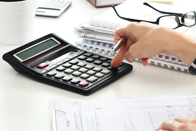 計算を行う女性会計士のクローズアップ