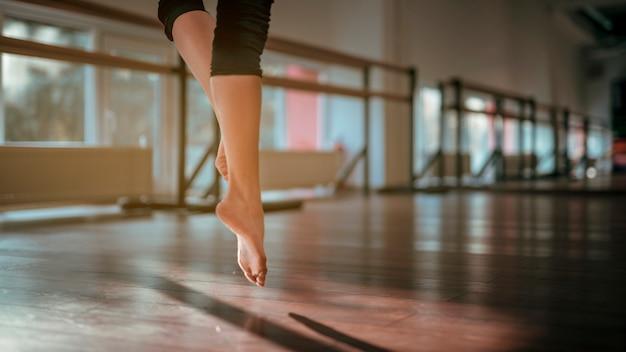 Закройте ноги женщины-танцовщицы
