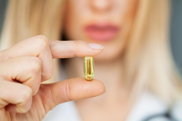 Крупным планом женщина-врач, холдинг таблетки для здоровья мужчин