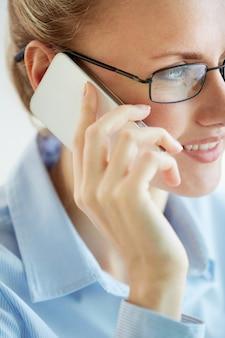Крупным планом женщин исполнительный, используя свой мобильный