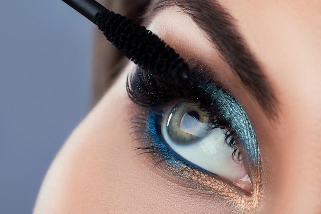 Крупным планом женский глаз с красивыми длинными ресницами