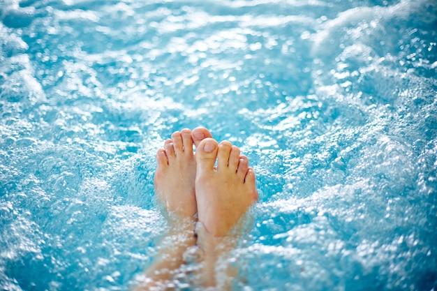 온수 욕조에서 여성 발 클로즈업