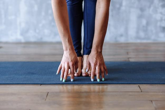 ヨガの練習をしている女性の手のクローズアップ