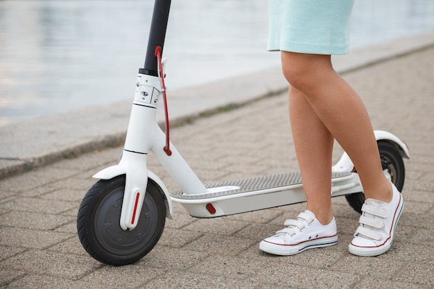 電動スクーターの女性の脚のクローズアップ