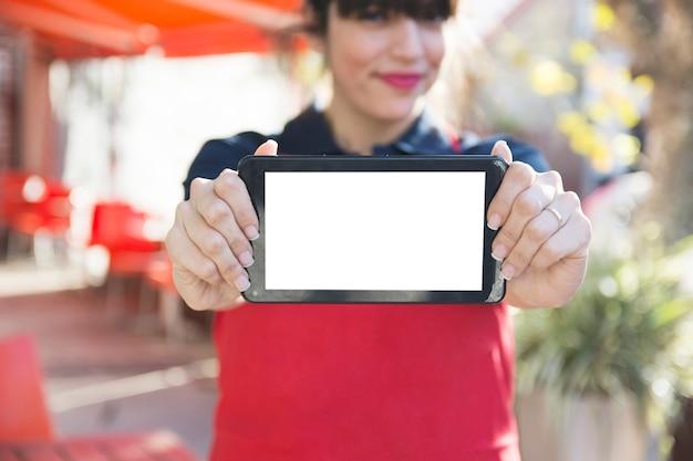 빈 화면이 디지털 태블릿을 보여주는 여성 웨이트리스의 근접 촬영