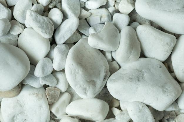 いくつかの白い石のクローズアップ、正面図。
