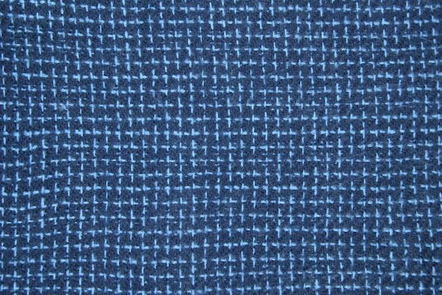 青で細かくチェックされたウールの質感のクローズアップ。