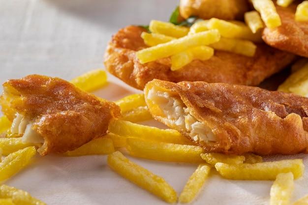 Крупный план рыбы с жареным картофелем