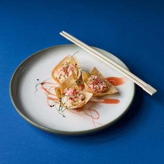 Крупным планом рыбная тарелка на китайский новый год