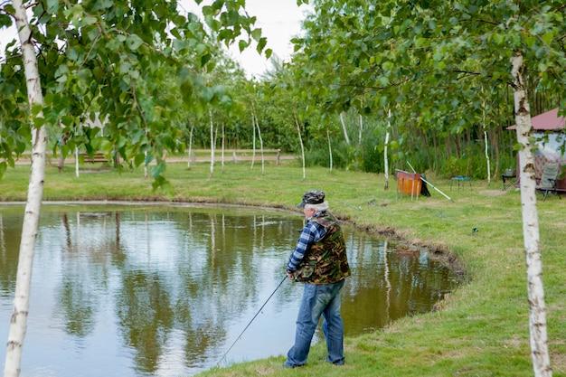 Рыбак на озере крупным планом