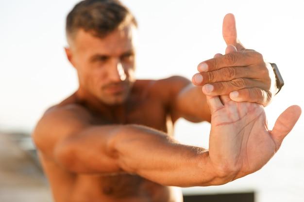 フィットの上半身裸のスポーツマンのクローズアップ