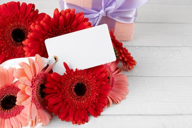 Крупный план букета цветов с биркой