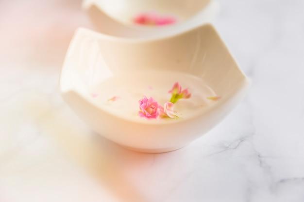 Крупным планом цветы, плавающие в миске с водой