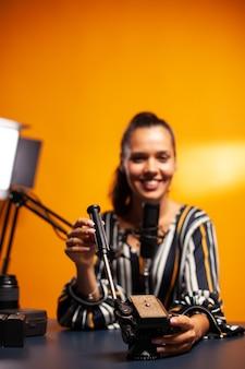 Vlog 중에 그것에 대해 이야기하는 삼각대와 영화 제작자의 유체 헤드 클로즈업
