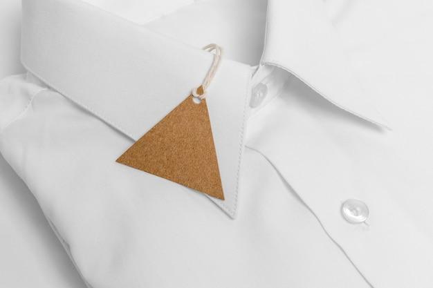 접힌 된 셔츠와 빈 태그의 클로즈업