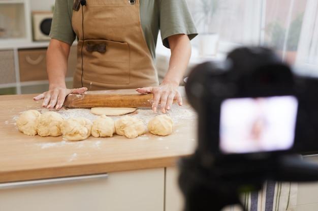 生地を作り、ビデオでマスタークラスを示している食品ブロガーのクローズアップ