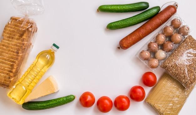 Крупный план еды. овощи, продукты, сыр и яйца на белом фоне