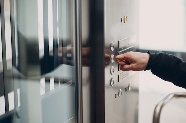 코로나바이러스 전염병 covid-19 검역 개념 동안 버튼 엘리베이터를 누르는 집게 손가락 클로즈업