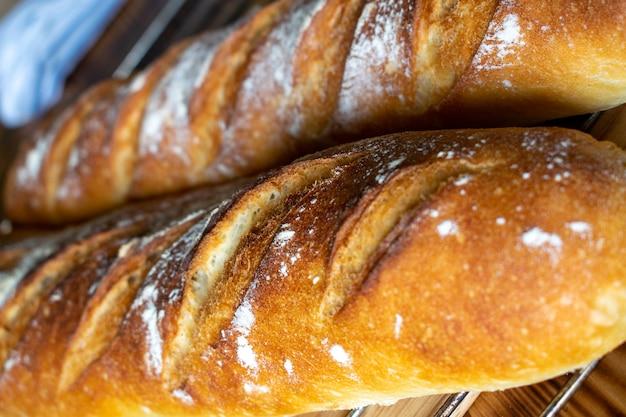 Заделывают свежеиспеченного хлеба, испеченного хлеба
