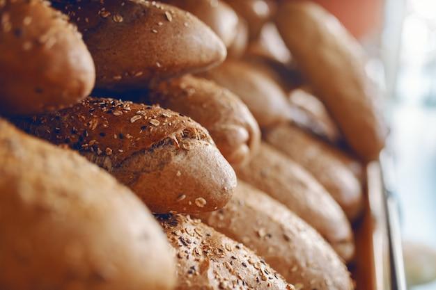 すぐに食べられる棚に焼きたてのロールパンのクローズアップ。ベイクハウスのインテリア。