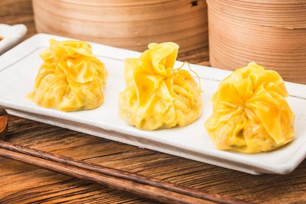 新鮮な中国の蒸し餃子のクローズアップ