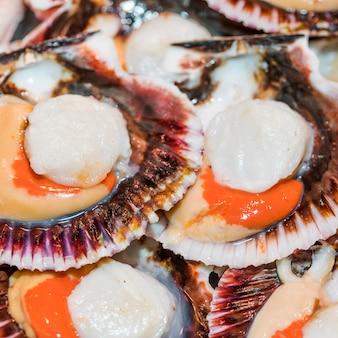 Крупный план свежих моллюсков в магазине