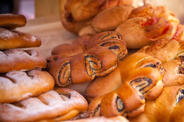 양 귀 비 씨와 함께 신선한 맛있는 빵의 클로즈업