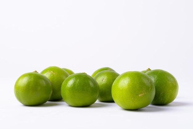 分離された新鮮な緑のライムのクローズアップ