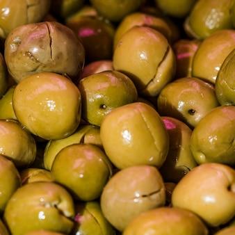 Крупный план свежих зеленых оливок