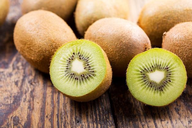 나무 테이블에 신선한 키위 과일의 클로즈업
