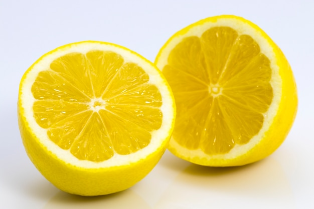 白い背景の上の新鮮なレモンスライスのクローズアップ