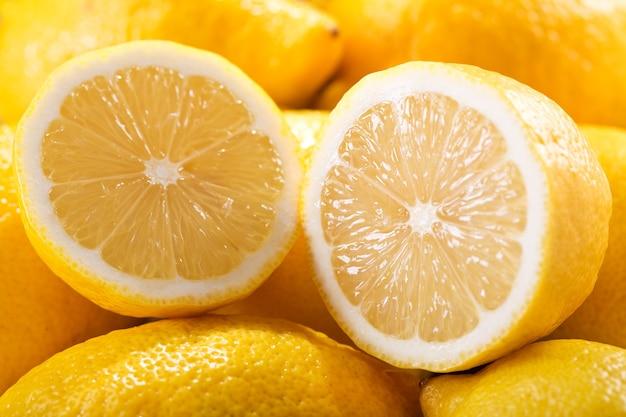 배경으로 신선한 레몬 닫습니다