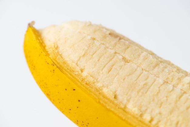Крупный план свежего очищенного банана на белом фоне. изолированные.