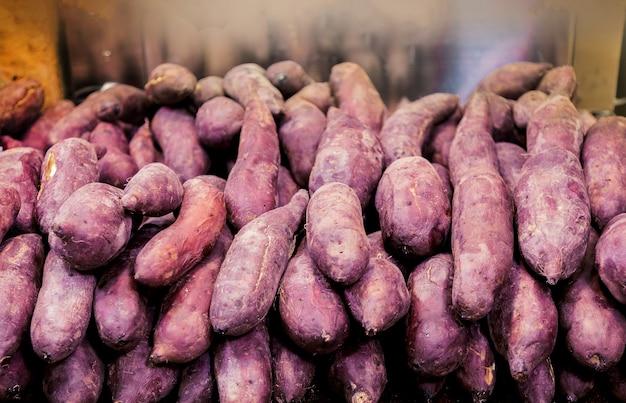 유기 농장에서 신선한 보라색 고구마의 클로즈업