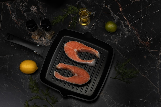 新鮮なサーモンステーキのクローズアップ