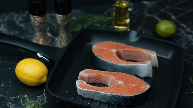 Крупный план свежих стейков из лосося
