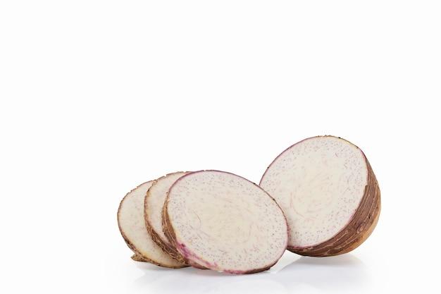 孤立した里芋の新鮮なスライスのクローズアップ、正面図、クリッピングパス