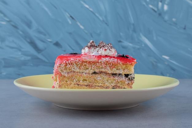 신선한 딸기 케이크 조각 닫습니다