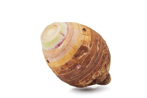 孤立した新鮮な里芋のクローズアップ、正面図。クリッピングパス