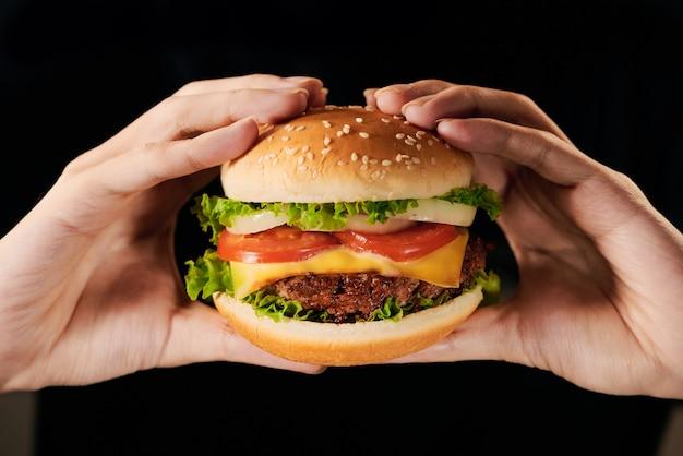 Крупный план свежего вкусного домашнего бургера